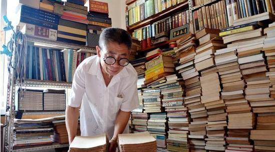 57岁环卫工藏书7000册 几乎挤占家中大部分空间