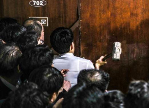 韩国300多议员在国会打了起来啥情况?上演多场肉搏战